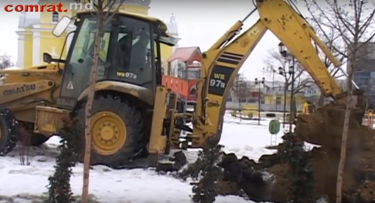 Образовавшийся в центральном парке обвал засыпан, движение по тротуару восстановлено (видео)