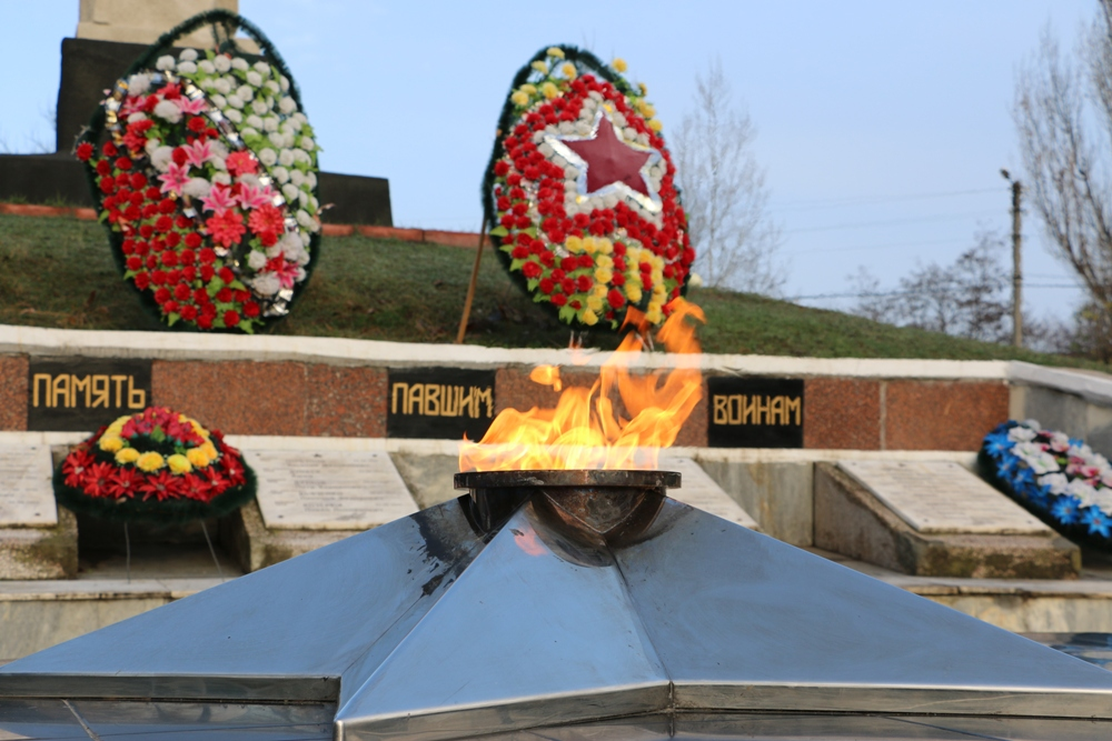 Примэрия и муниципальный совет Комрата поздравляют комратчан с 72- ой годовщиной Великой Победы!