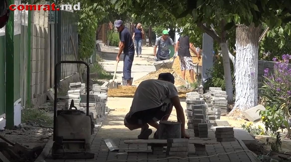 В Комрате проводятся работы по устройству тротуаров и дорожного покрытия из брусчатки