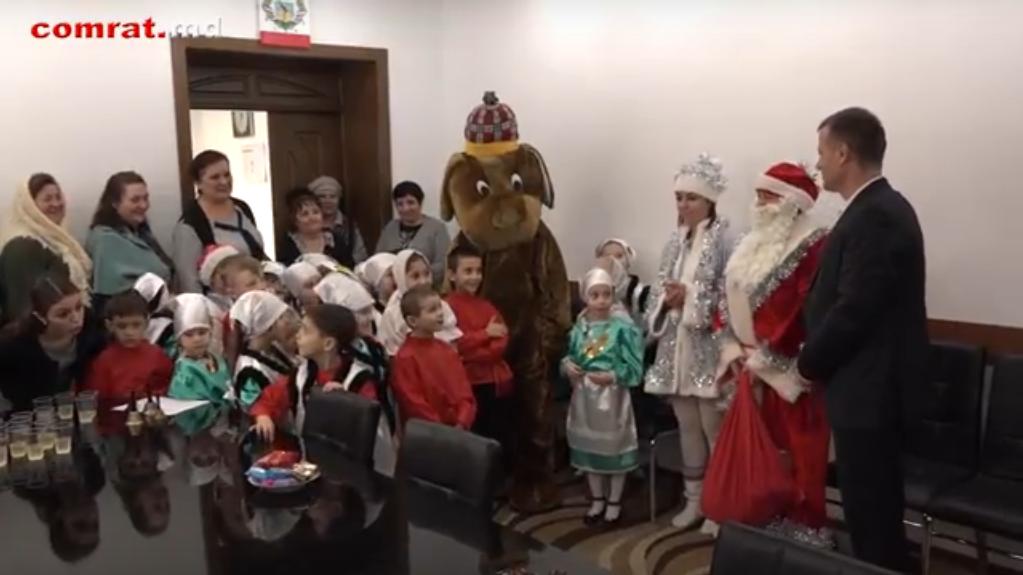 Колядующие поздравили администрацию примэрии Комрата с Новым Годом по старому стилю