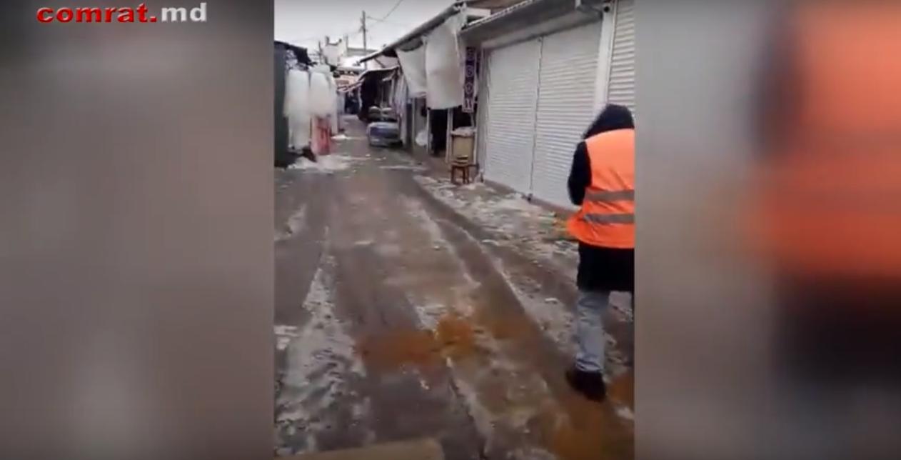 МП ЖКХ Комрата проводит работу по обеспечению безопасности передвижения в условиях гололеда на муниципальном рынке