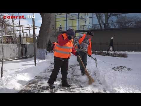 Службы МП ЖКХ Комрата ведут работы по расчистке тротуаров от снега