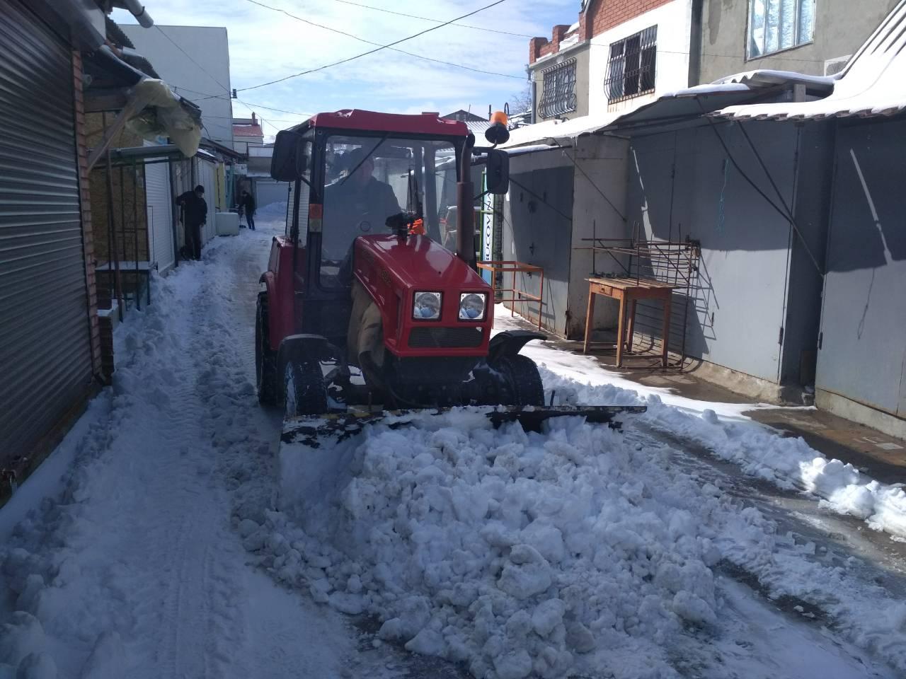 Уборка снега на муниципальном рынке Комрата (фоторепортаж)