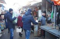 8 марта женщины, торгующие на Комратском муниципальном рынке, получили цветы в подарок