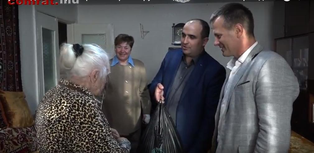 Руководители примэрии Комрата вручили денежные вознаграждения жителям, достигшим возраста 90 лет и старше