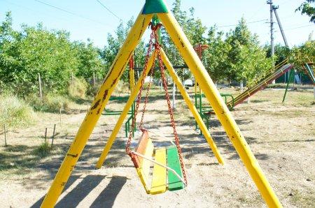 В Комрате неизвестные содрали свежую краску с конструкций детской площадки