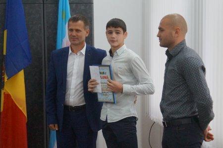 В примэрии Комрата чествовали Романа Варбана, бронзового призера Чемпионата Европы по боксу среди школьников